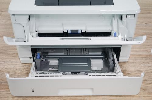 Khay đựng giấy máy in laser HP M402N rộng.