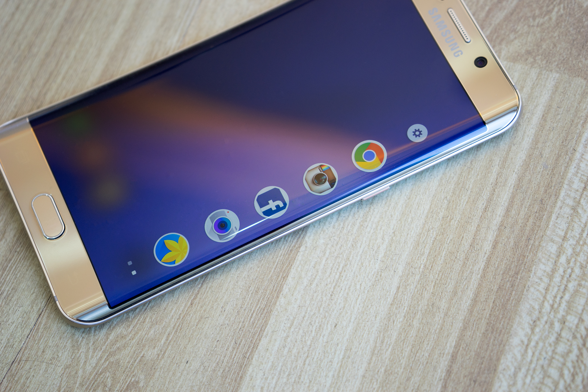 Samsung Galaxy S6 Edge Plus quyến rũ đường cong