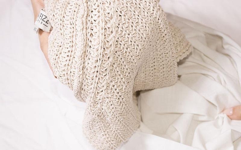 Áo len bị ố vàng có thể khôi phục sắc trắng với tủ lạnh dễ dàng