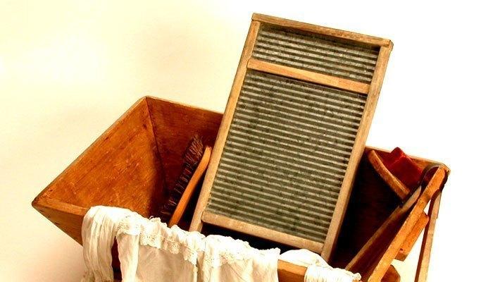 Hình dạng ban sơ của chiếc máy giặt ngày ấy chị là một tấm bảng chà xát đơn giản