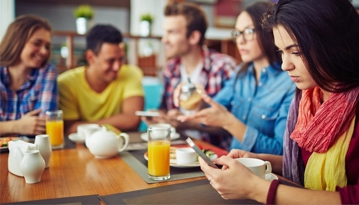 Thay vì dùng tai nghe, loa ngoài để gọi điện thoại, nhắn tin cũng phương pháp giúp bạn tránh sóng vô tuyến đấy!