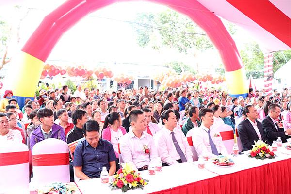 Đại diện Nguyễn Kim, các công ty khách mời và rất đông người dân khu vực đã có mặt tại địa điểm từ rất sớm.