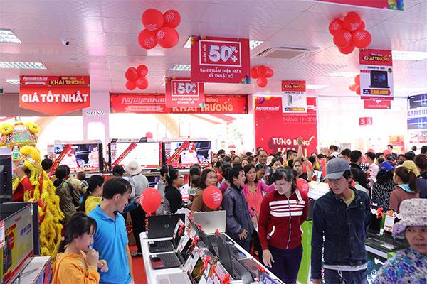 Khách hàng đến tham quan và mua sắm càng lúc càng đông, cho thấy nhu cầu về các thiết bị điện lạnh, điện tử, gia dụng,... chính hãng của người dân Củ Chi ngày càng tăng cao.