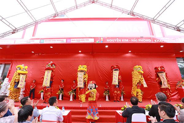Những màn biểu diễn đặc sắc và lời phát biểu của Đại diện TTMS Nguyễn Kim đã mở đầu cho sự kiện khai trương
