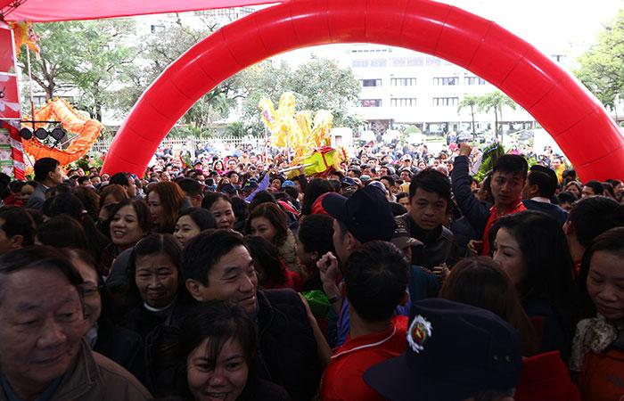 Dù không khí rất lạnh nhưng người dân Huế vẫn tấp nập đến chung vui và mua sắm cùng Nguyễn Kim.