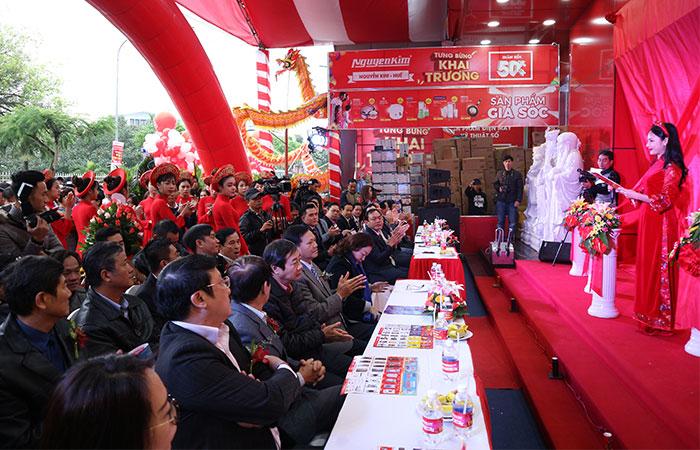 Đại diện ban giám đốc Nguyễn Kim, các công ty khách mời cùng đông đảo khách hàng đã có mặt từ rất sớm để chào đón lễ khai trương.