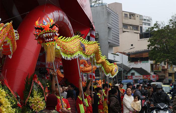 Đội múa lân sư rồng góp phần làm cho buổi lễ thêm hoành tráng và hấp dẫn.