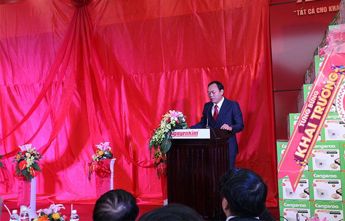 Đại diện ban giám đốc Nguyễn Kim đã phát biểu và khai mạc buổi lễ.