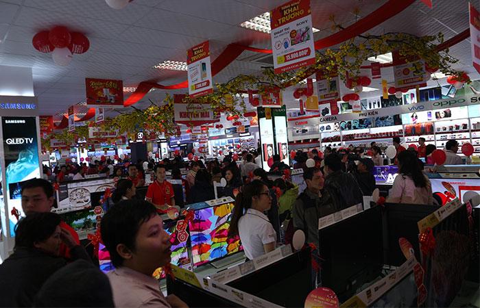 Sau khi băng khai trương chính thức được hạ xuống, TTMS Nguyễn Kim Huế bắt đầu mở cửa để đón tiếp người dân khu vực đến tham quan và trải nghiệm mua sắm.