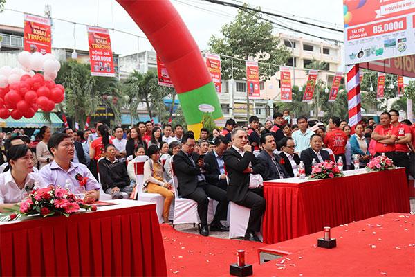 Đại diện ban giám đốc Nguyễn Kim, các công ty khách mời cùng đông đảo bà con đã có mặt tại TTMS Nguyễn Kim Trà Vinh từ rất sớm.