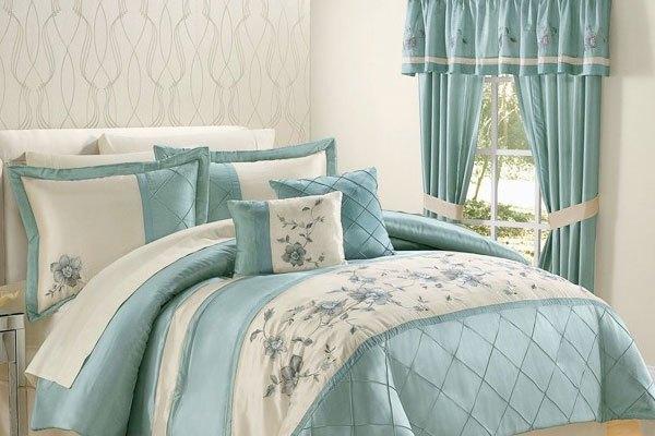 Sự pha trộn nhẹ nhàng giữa sắc xanh của drap giường và rèm cửa tạo nên cảm giác thư giãn.