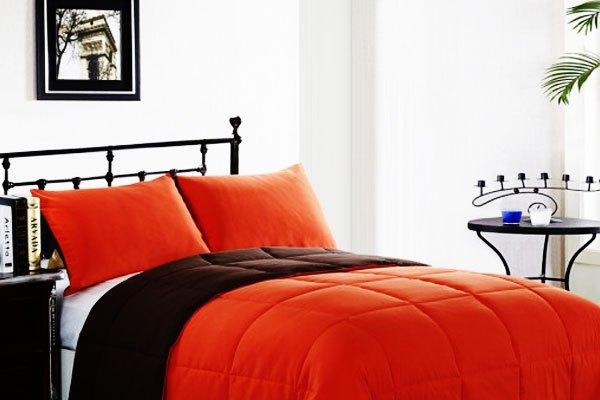"""Tường và rèm cửa có màu nhẹ nhàng, sẽ vô cùng thích hợp để bạn """"chơi"""" bộ drap màu nổi."""
