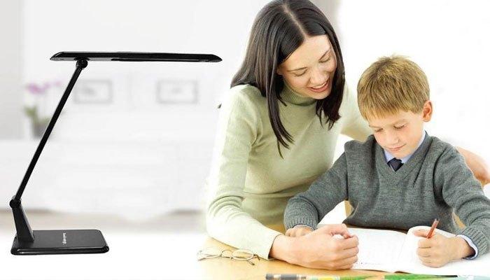 Việc chọn đèn bàn học rất quan trọng trong việc bảo vệ mắt cho con trẻ