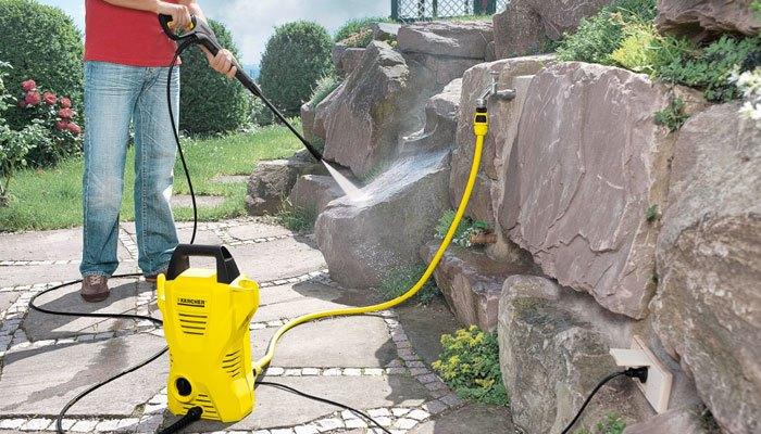 Lực phun mạnh mẽ trong thân hình nhỏ gọn là ưu điểm của chiếc máy phun xịt rửa Karcher K2 Compact