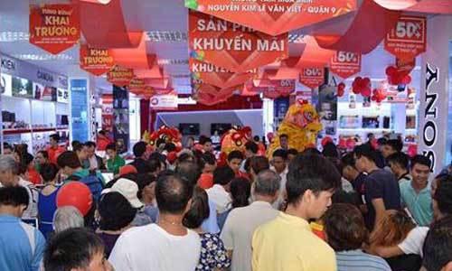 Rất đông khách hàng đến tham dự ngày khai trương của Trung tâm mua sắm Nguyễn Kim