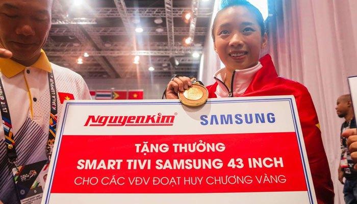 Thúy Vi nhận phần thưởng từ Nguyễn Kim tại SEA Games 2017
