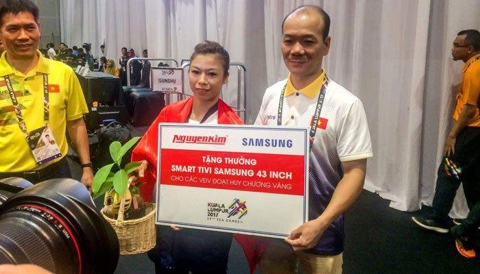 Phương Giang nhận phần quà từ Nguyễn Kim