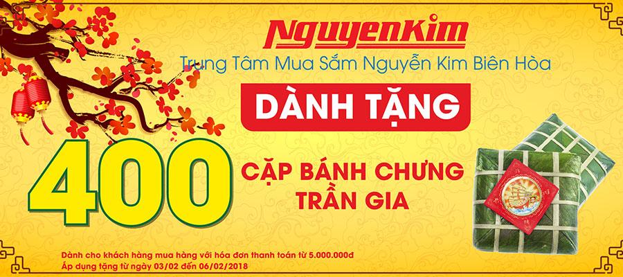 Cùng Nguyễn Kim biếu bánh chưng Trần Gia lên bàn thờ ông bà tổ tiên và cầu mong một năm mới vạn sự như ý
