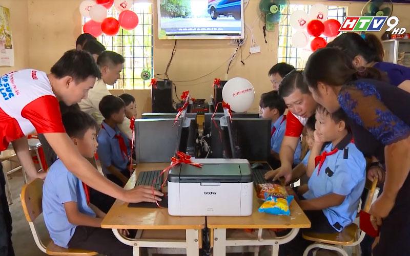 Các bạn học sinh lần đầu tiếp xúc với thư viện điện tử trong tâm trạng háo hức