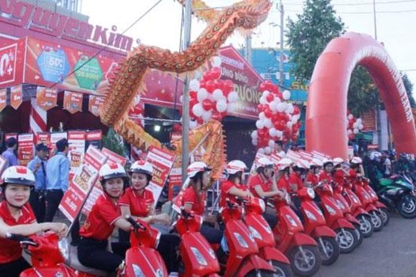 Nhân viên Nguyễn Kim với sắc đỏ nổi bật cũng đã chuẩn bị sẵn sàng cho sự kiện quan trọng này.