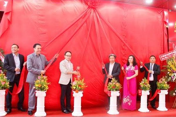 Và cùng nhau kéo băng khai trương chính thức TTMS Nguyễn Kim EAKAR.