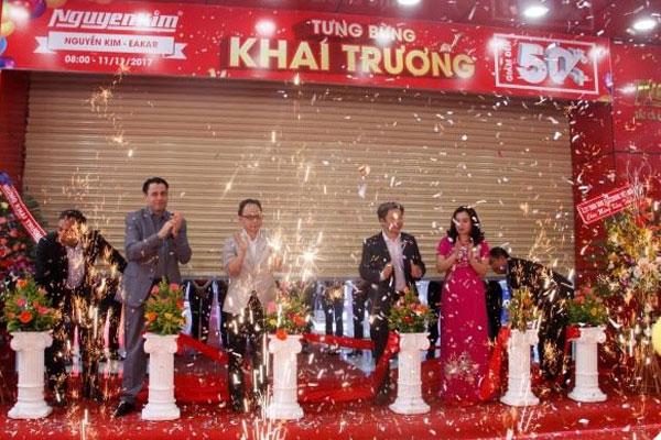 TTMS Nguyễn Kim EAKAR chính thức đi vào hoạt động và chào đón rất đông khách hàng vào tham quan, mua sắm ngay khi Trung tâm vừa hạ băng khai trương.