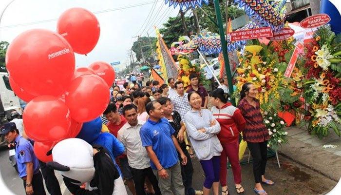 Từ sớm, đông đảo người dân khu vực Trảng Bom đã có mặt để cùng chào đón sự kiện khai trương Trung tâm mua sắm Nguyễn Kim Trảng Bom