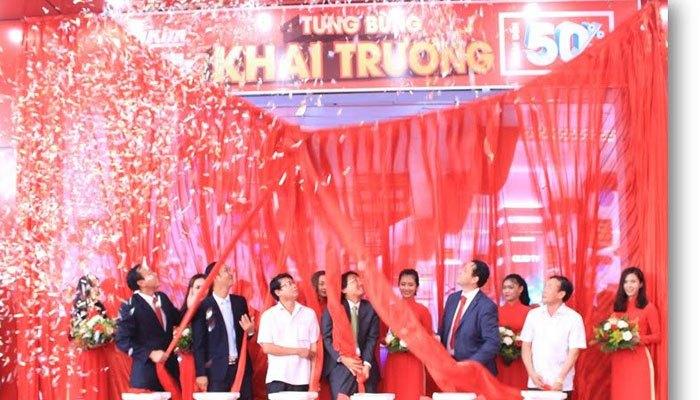 ...và cùng kéo băng khai trương chính thức Trung tâm mua sắm Nguyễn Kim Trảng Bom