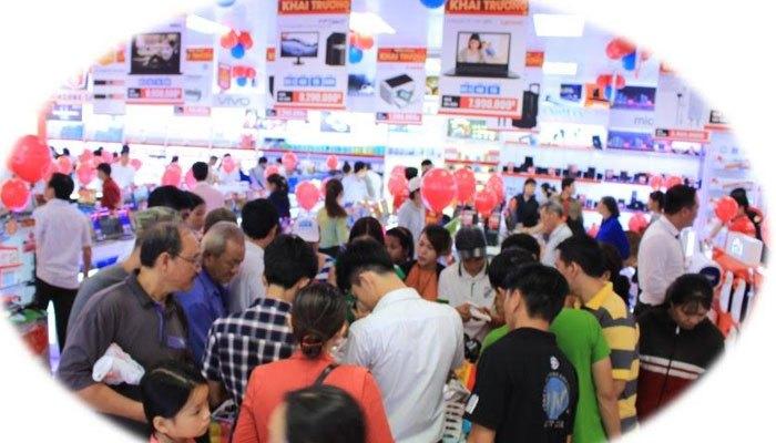 Mọi người đều thích thú được trải nghiệm sản phẩm tại Trung tâm mua sắm Nguyễn Kim Trảng Bom