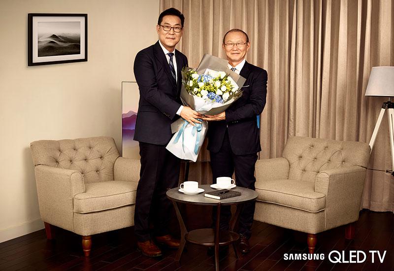 Ông Kim Cheol Gi, Tổng Giám Đốc Công ty Samsung Vina tặng cho HLV Park Hang Seo bó hoa tươi thắm nhất