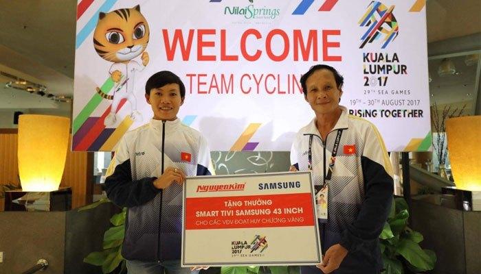 Một chiếc Smart tivi 43 inch từ nhà tài trợ Nguyễn Kim và Samsung cũng đã được trao thưởng nóng cho Nguyễn Thị Thật
