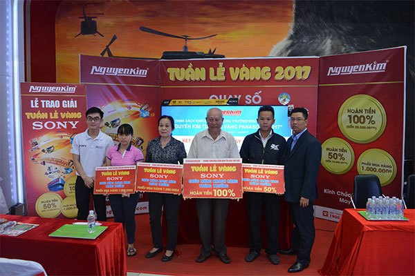 Những khách hàng may mắn đã nhận được cơ hội hoàn tiền sản phẩm đến từ Nguyễn Kim trong buổi quay số trúng thưởng