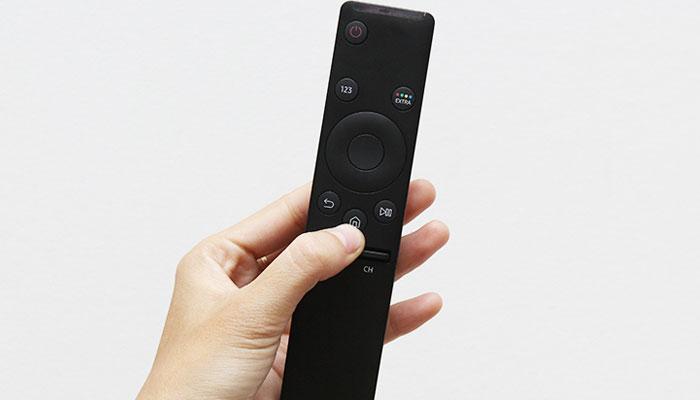 Trên remote tivi Samsung, bạn nhấn nút Home - nút có ký hiệu Ngôi nhà.