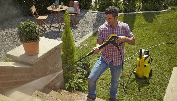 Không chỉ để vệ sinh chiếc xe yêu quý, máy phun xịt rửa còn giúp bạn dọn dẹp sạch sẽ các khu vực bên ngoài nhà