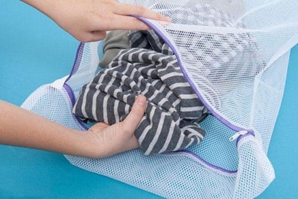 Túi giặt sẽ giúp hạn chế tối ưu những tác động mạnh của máy giặt đến đồ len