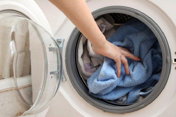 Không để quần áo đã giặt xong quá lâu trong máy giặt cửa trước
