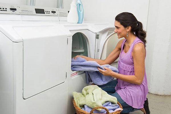 Lấy quần áo ra khỏi máy giặt sấy sau khi dùng tính năng sấy để tránh hư hại