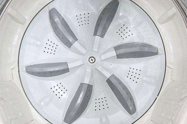 Lồng giặt bằng nhựa dễ bị bám bẩn nên bạn cần vệ sinh thường xuyên