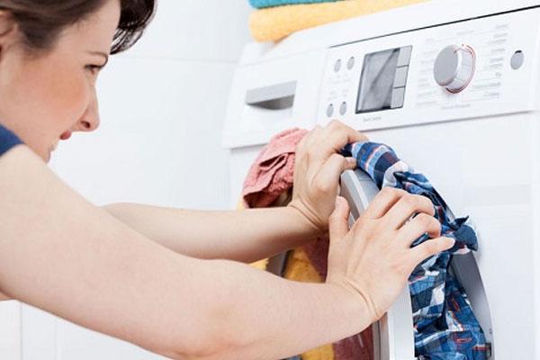 Cố gắng nhét nhiều đồ vào máy giặt chỉ khiến quần áo không được giặt sạch và giảm tuổi thọ thiết bị