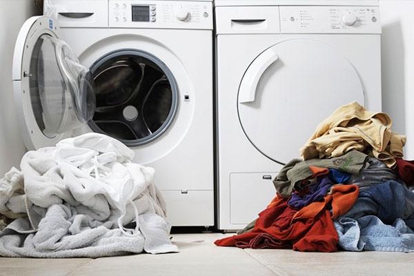 Giặt riêng quần áo tối màu và sáng màu để tránh làm ảnh hưởng
