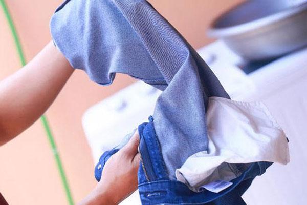Quần áo sẽ lâu bị cũ nếu lúc giặt bạn luôn lộn trái