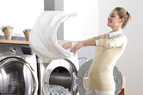 Không phải khi nào giặt bằng nước nóng cũng tốt mà quần áo mới cần những lần giặt đầu với nước lạnh