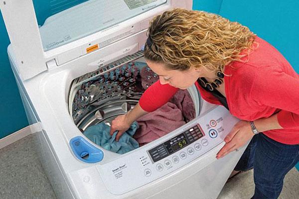 """Quần áo sẽ dễ ẩm mốc nếu bạn """"ngâm"""" quá lâu trong máy giặt"""