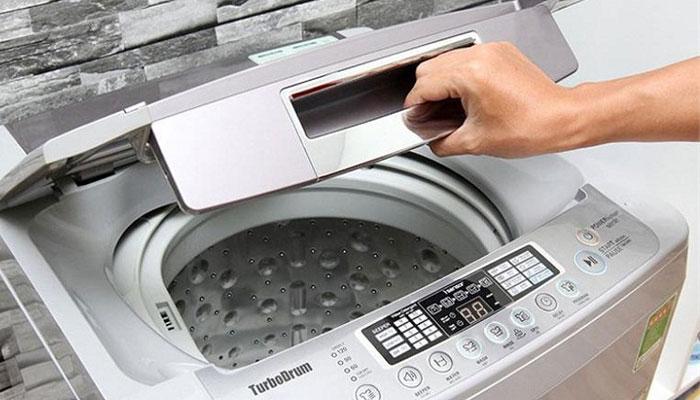 Mở nắp máy giặt để lồng giặt được khô tự nhiên là điều cần làm