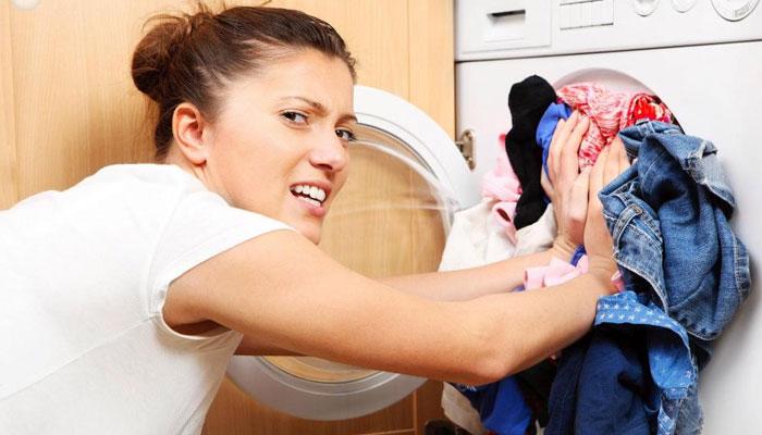 Quá nhiều quần áo trong máy giặt không chỉ khiến việc giặt sạch khó khăn mà còn gây rách