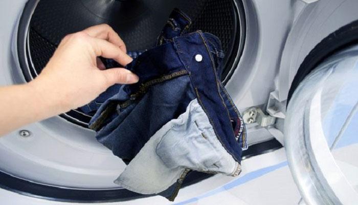 Lộn trái quần áo trước khi giặt sẽ giúp giữ màu và chất lượng cho chúng