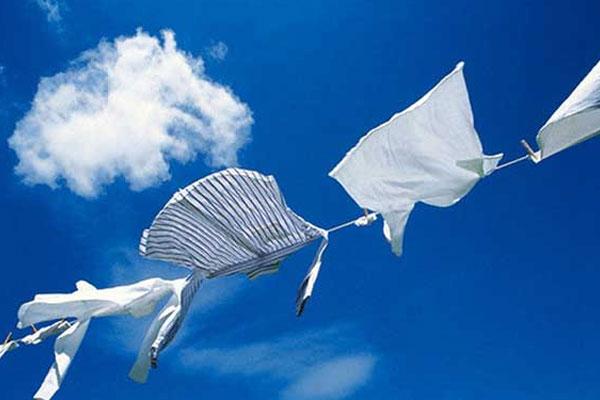 Sau khi làm sạch bằng máy giặt, bạn hãy phơi quần áo tự nhiên, dưới ánh nắng mặt trời để diệt khuẩn và giữ được chất vải