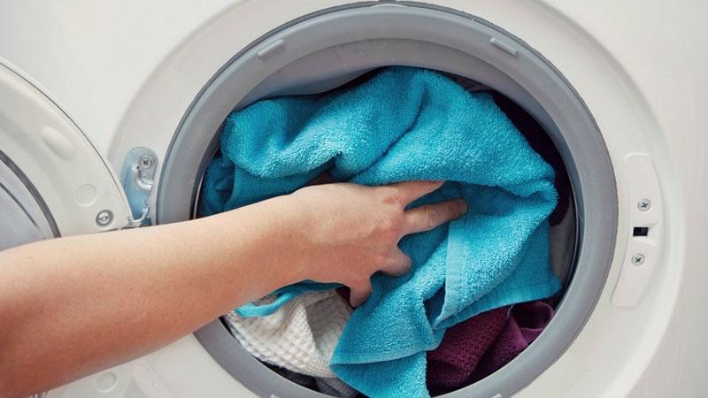 Hoàn toàn có thể tẩy trực tiếp quần áo với máy giặt nếu bạn biết cách