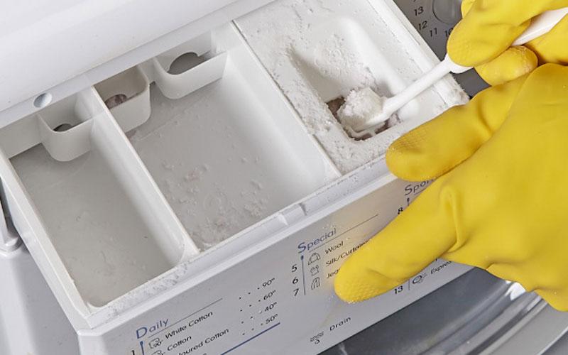 Vệ sinh ngăn chứa nước xả để tránh bị tắc nghẽn