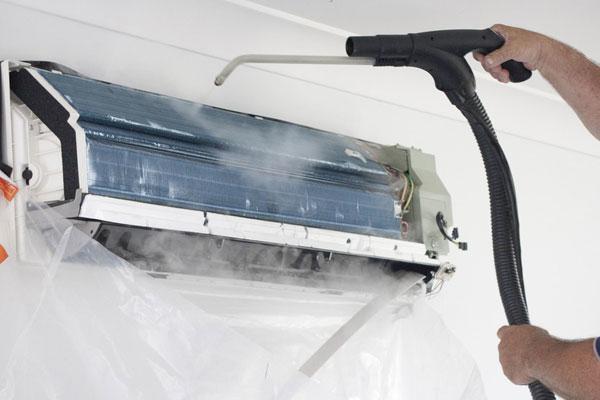 Đặt tấm nilon bên dưới để tránh nước bẩn đổ xuống nhà khi vệ sinh máy lạnh